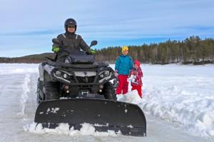Selv om det ikke er påbudt med hjelm ved kjøring av traktorregistert ATV velger mange å gjøre det.