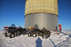 Montørene i Nord-Østerdal Kraftlag har varierte og utfordrende oppgaver. Som her, ved NRK-tårnet på 1166 meter på Tronfjell, like sør for Tynset. I slike oppdrag er sekshjulinger viktige arbeidsredskap. (Foto: Terje Samuelshaug/NØK)
