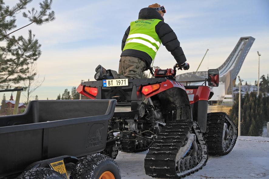 Frakter alpinstjernene med ATV i Holmenkollen